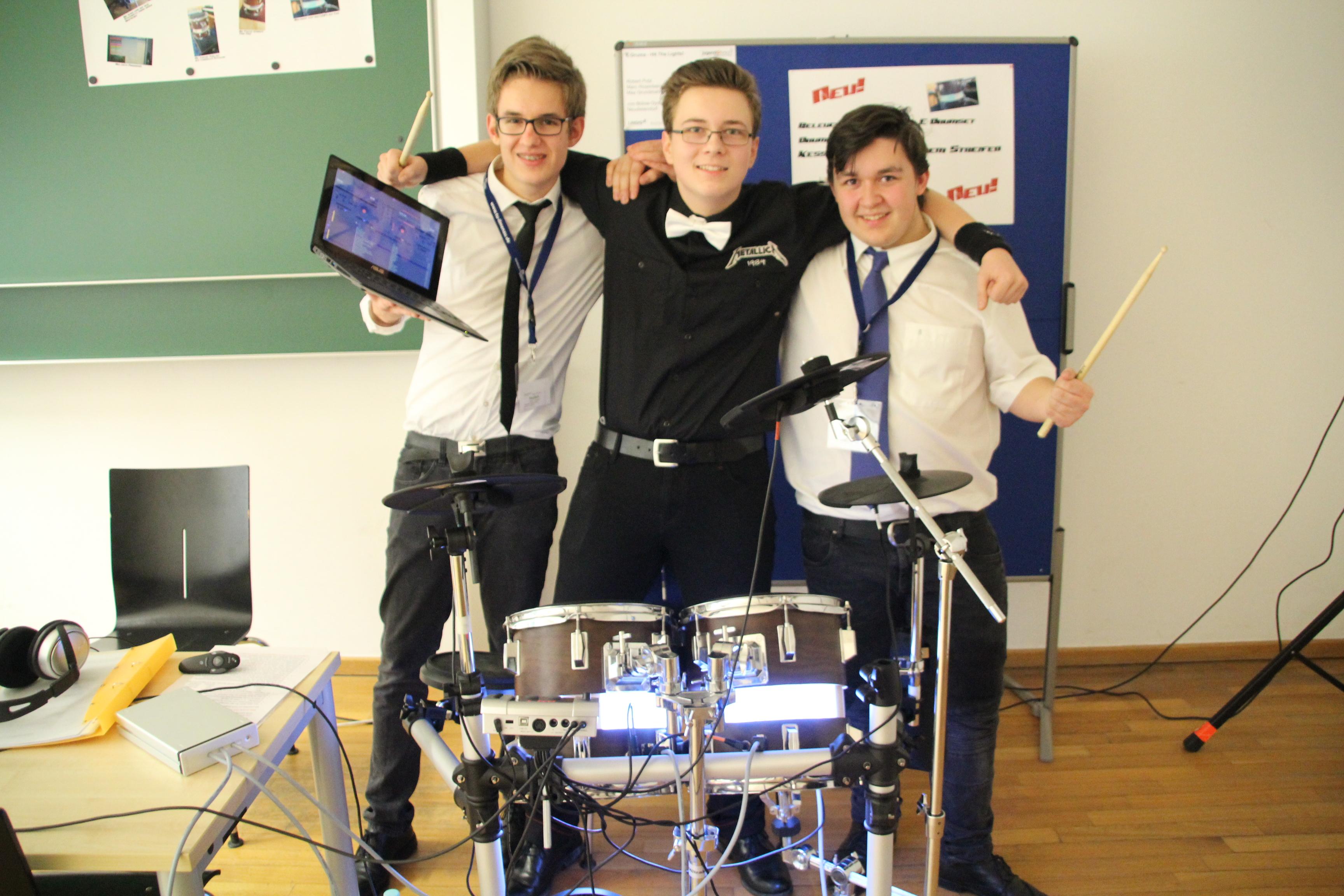 """Einen hervorragenden zweiten Platz in der Kategorie """"Technik"""" belegten Max Grundmann, Marc Rosenberg und Robert Putz mit ihrem LED-beleuchtetes E-Schlagzeug mit dem Titel """"Hit the lights"""". Zusätzlich erhielten sie den Sonderpreis der Landrätin."""