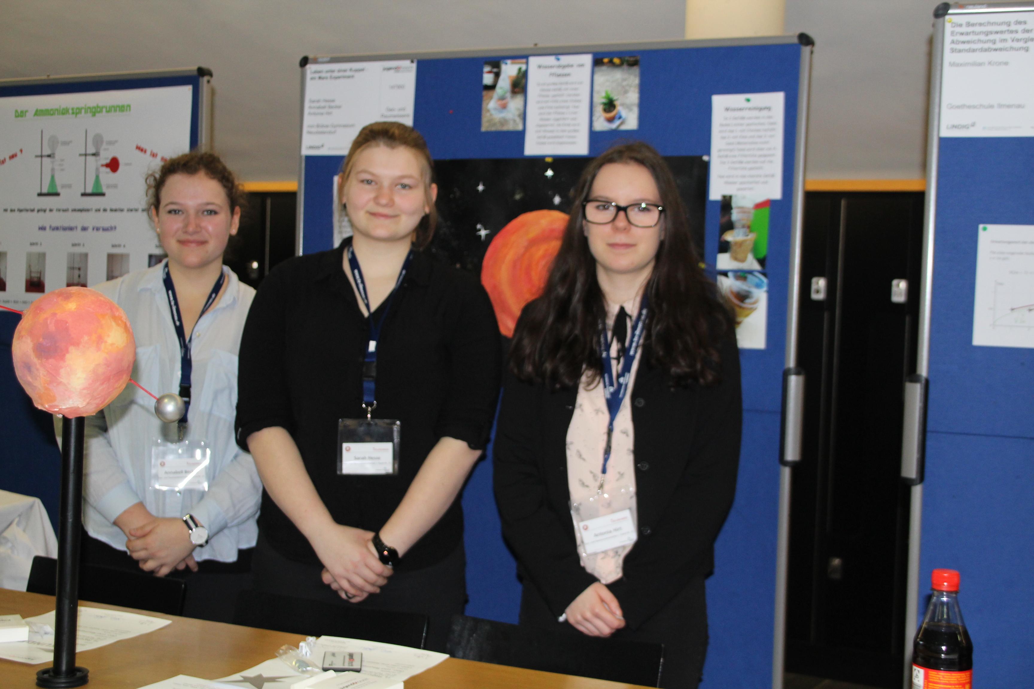 """Wie lässt sich Leben auf dem Mars realisieren? Annabell Becker, Sarah Hesse und Antonia Hirt forschten dazu und wurden mit einem 2. Preis in der Kategorie """"Geo- und Raumwissenschaften"""" und dem Sonderpreis der TU Ilmenau belohnt."""