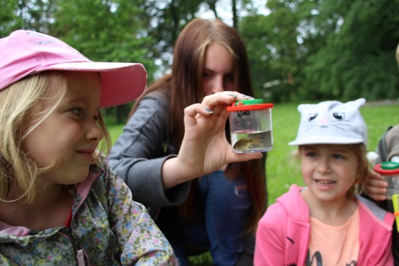Laura, Helene und Jaina (Dreikäsehoch) bewundern ihren Fisch.