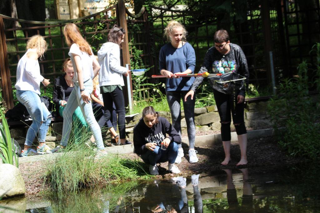 Der Teich übt eine magische Anziehungskraft aus. Anne-Sophie, Leonora und Sara hat das Jagdfiber bereits erfasst.